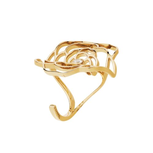 Chanel, Pétales de Camélia curved ring in yellow gold and one center diamond